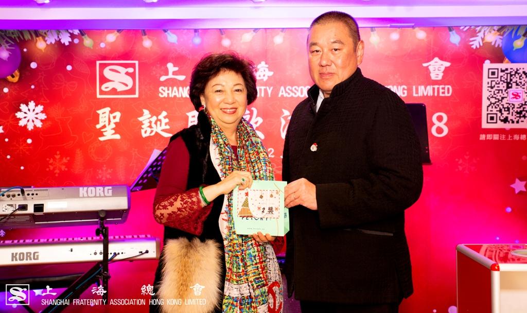 顧東華副理事長代表致送獎品。