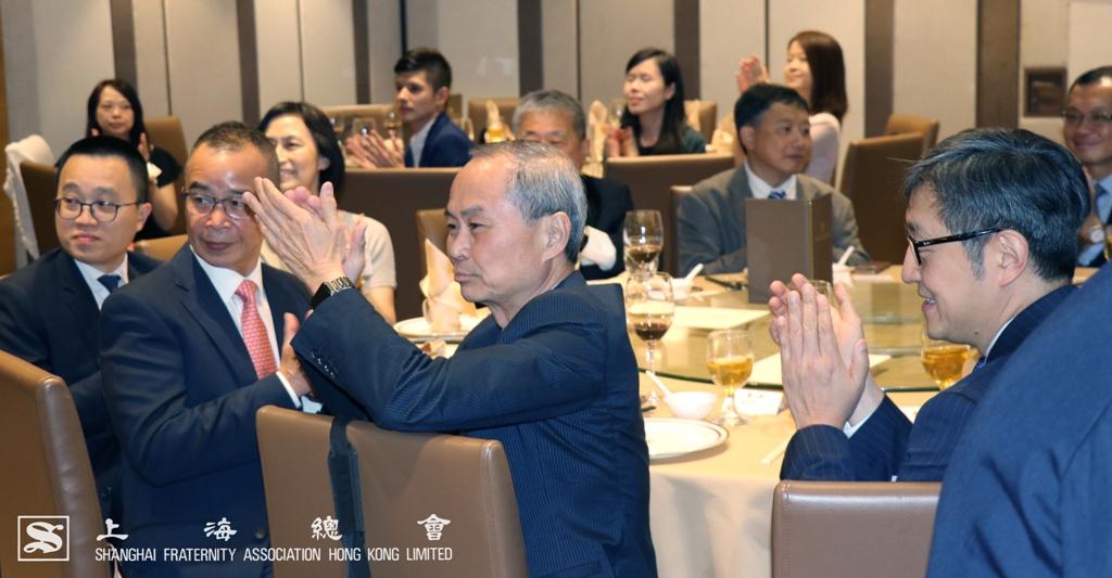 香港中文大學的嘉賓鼓掌祝賀
