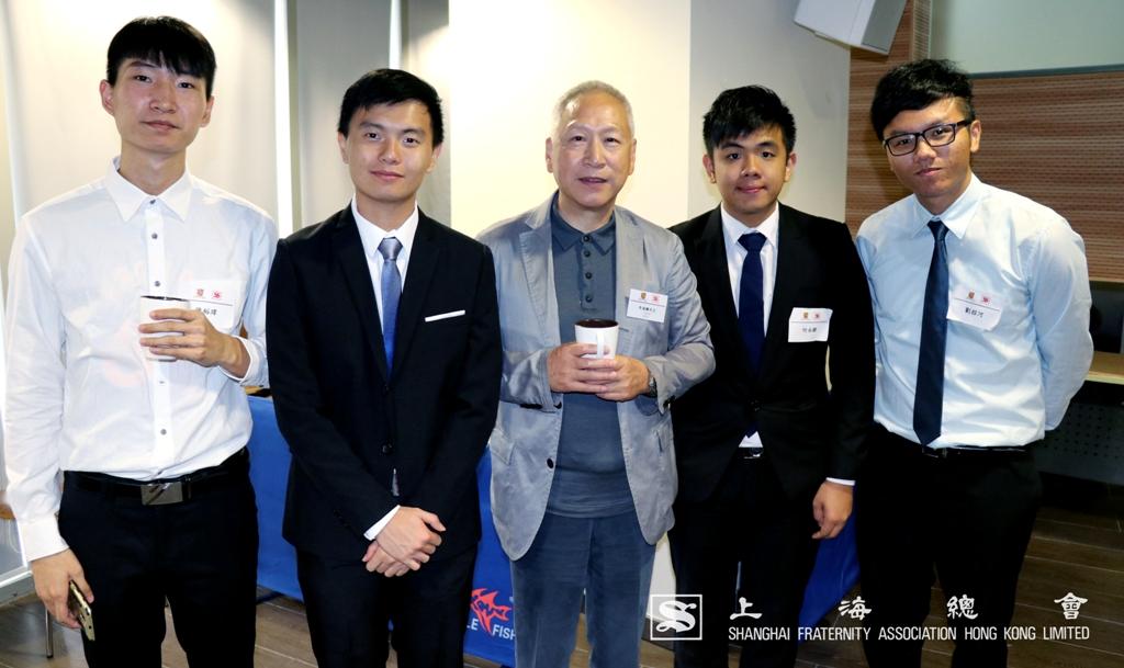 李德麟理事長與學生合照。