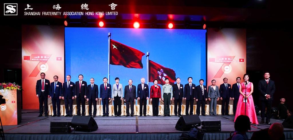 全體主禮喜賓及來賓一同起立唱國歌。