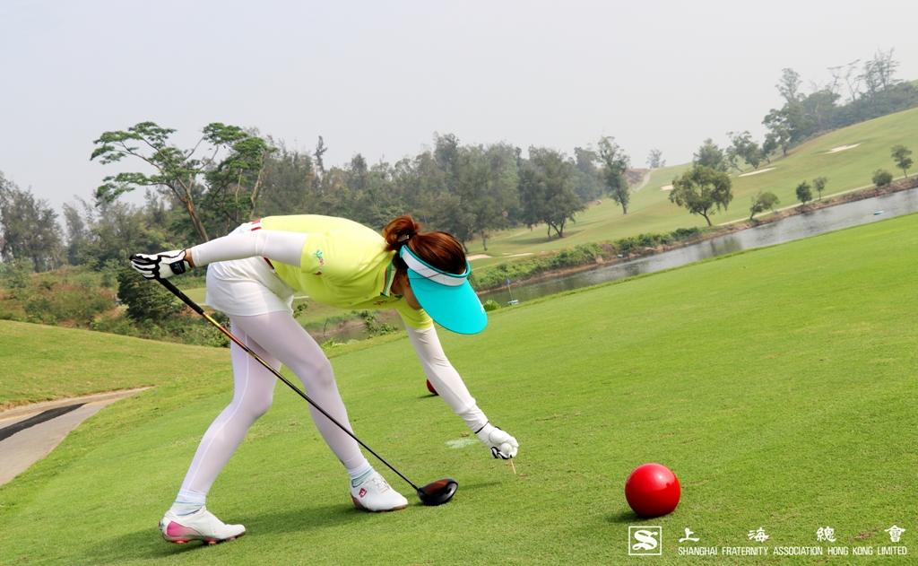 王小姐正式開球。