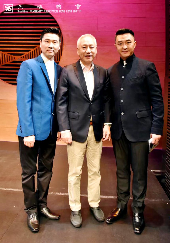 (中)李德麟理事長與繁花劇內兩位主角合影。(左)國家一級演員、上海評彈團團長、中國曲藝家協會理事、上海大學兼職教授高博文先生。(右)國家一級演員、中國曲協蘇州評彈藝術委員會委員黃海華先生。