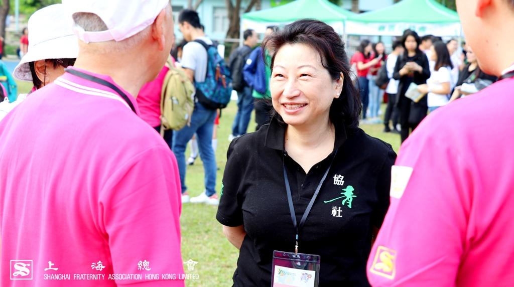 律政司司長鄭若驊女士於活動場地內向不同的團體問好,剛好李德麟理事長就在附近。