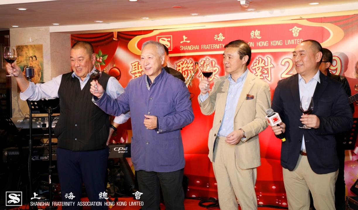 由李德麟理事長(左二)帶領祝酒儀式,顧東華副理事長(左一),車弘健常務理事(左三)及李可莊理事(右一)共同敬祝來賓聖誕快樂。
