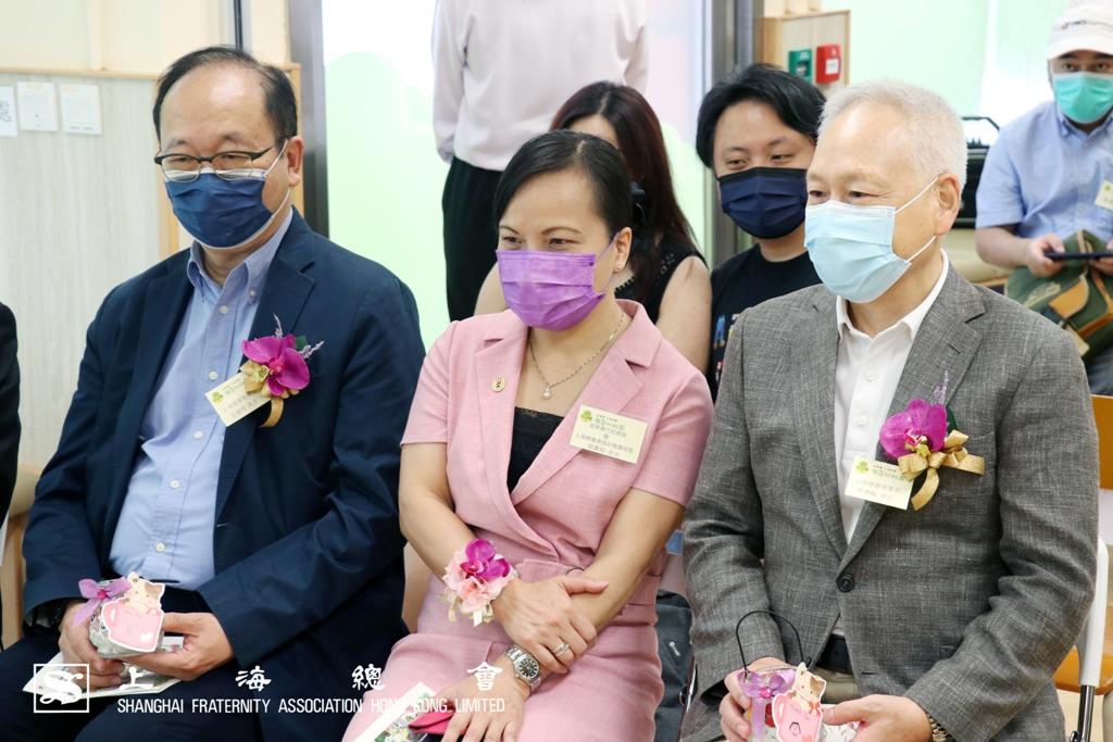 (左起)王緒亮監事長、梁惠玲協康會行政總裁及李德麟理事長擔任畢業典禮嘉賓。