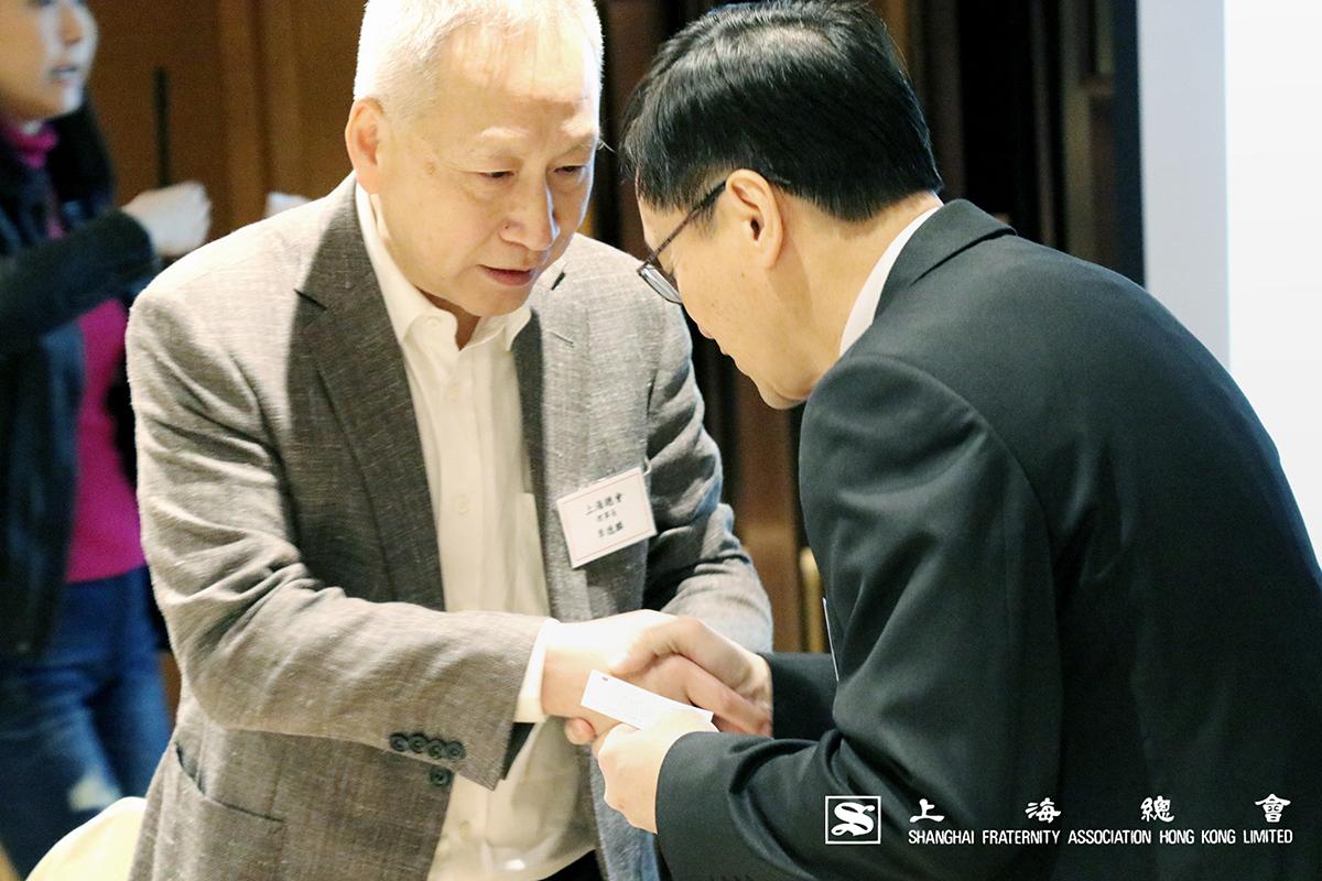 粱先生與李理事長互相道謝