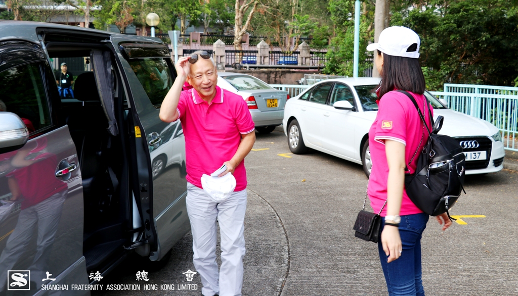 李德麟理事長到場時,由總幹事婁芝伊小姐協調活動細節。