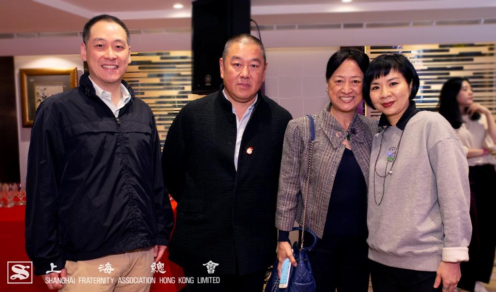李惟宏常務理事一家及顧東華副理事長伉儷於聖誕派對上合照留影。