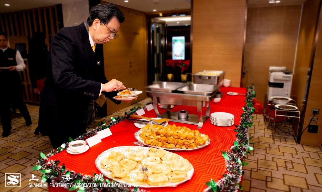 香酥葱油餅配搭脆皮春卷,派對上供應冷盤熱食,佐酒飽肚,無一不可。