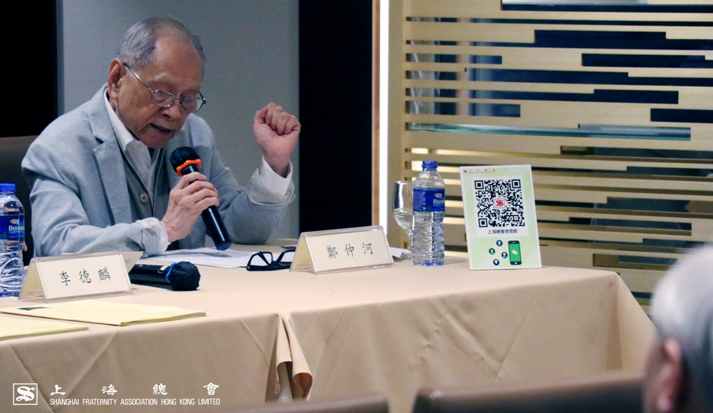 鄭仲河副理事長於大會上講解上海總會設立微信號的目的。