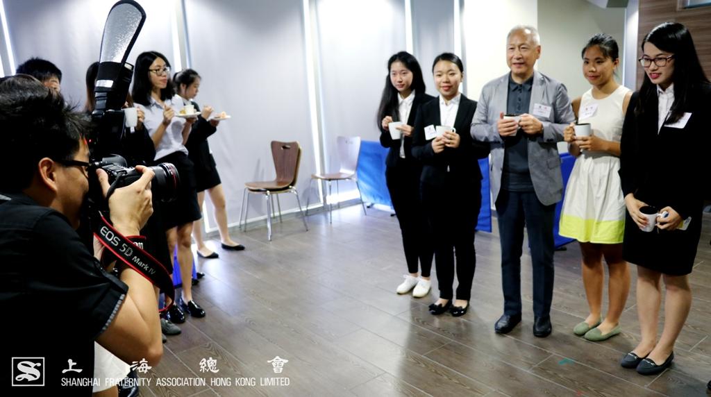 大家也把握時間與李德麟理事長合照。