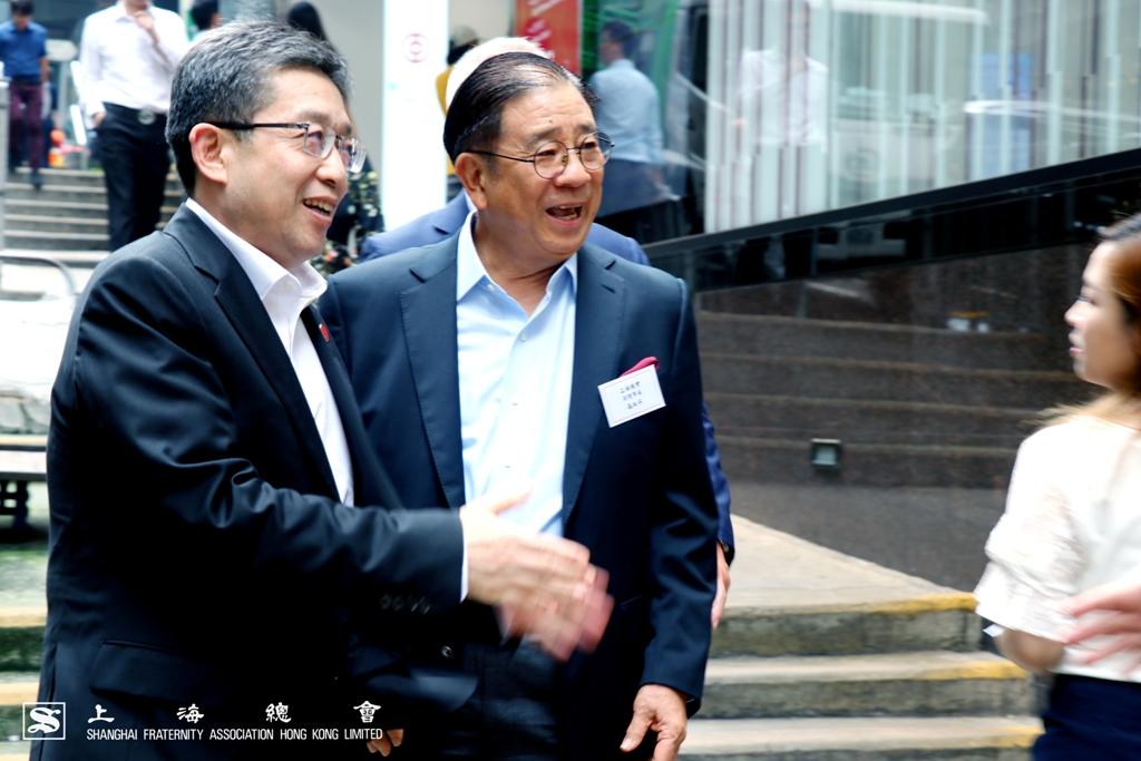 高叔平副理事長向鄭鋼淼部長介紹上海總會的代表