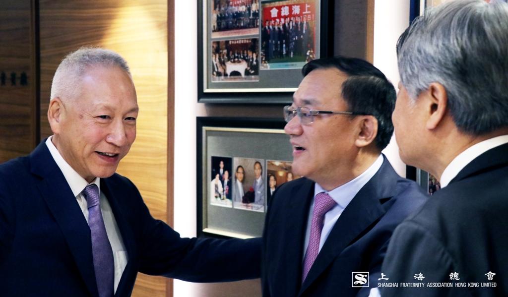 李德麟理事長於上海總會的歷史展覽長廊中,向沈曉初先生講解本會進程。
