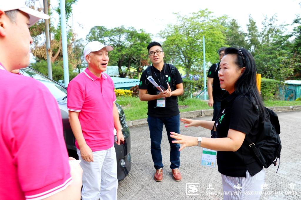 區璟智女士向李德麟理事長詳細介紹活動理念。