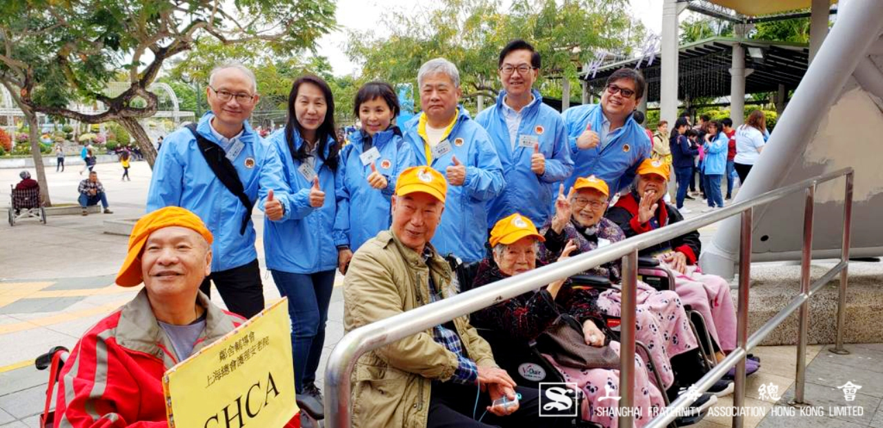 (後左起)戴建文先生、鄰舍輔導會馮綉文總幹事、上海總會詹傑美副理事長伉儷、嚴元浩常務理及鄰舍輔導會李蔭國執行幹事。(前排)上海總會護理安老院一班老友記。