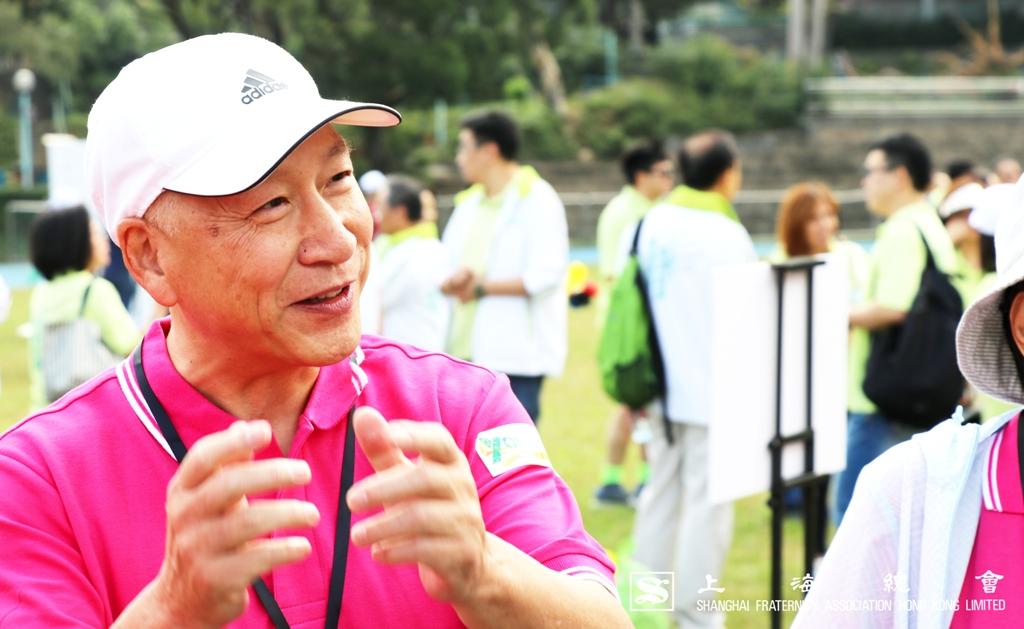 李德麟理事長向鄭若驊女士簡介上海總會堅持回饋社會的原則。