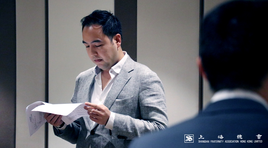 趙益坤理事細心閱讀大會議程。