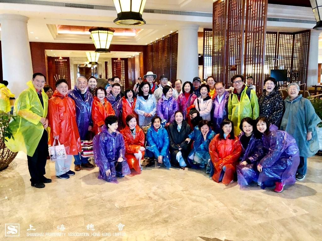 上海總會為大家準備了雨衣,並出發至三清山之頂峰。