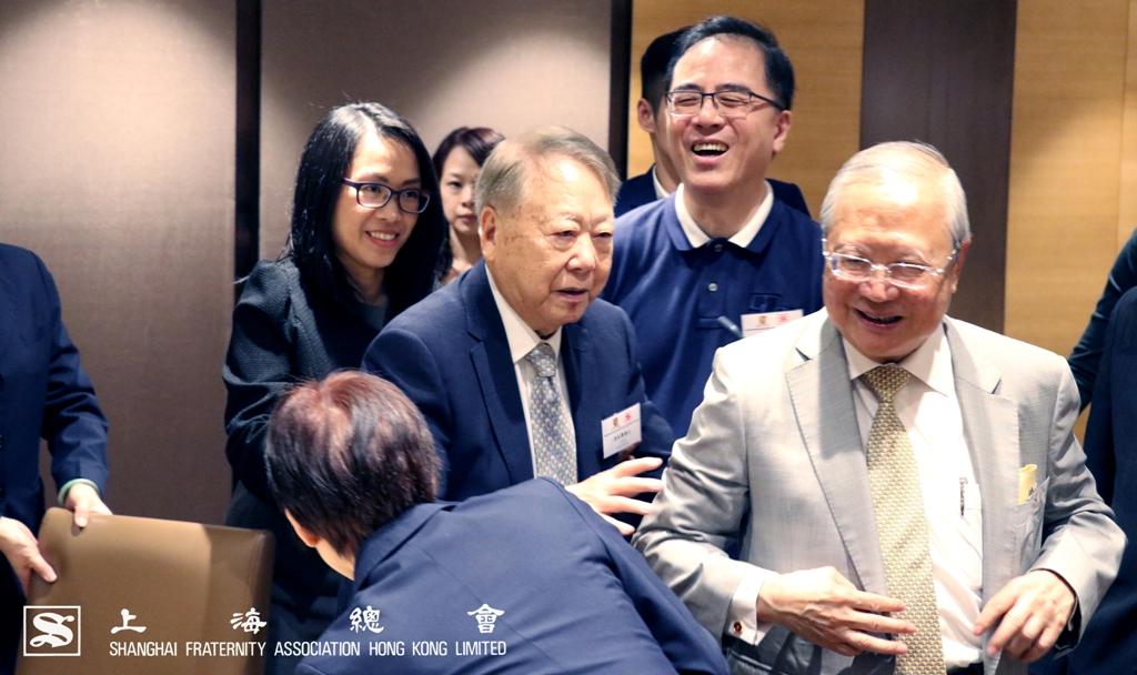 李和聲永遠名譽會長邀請粱乃鵬博士到台前合照
