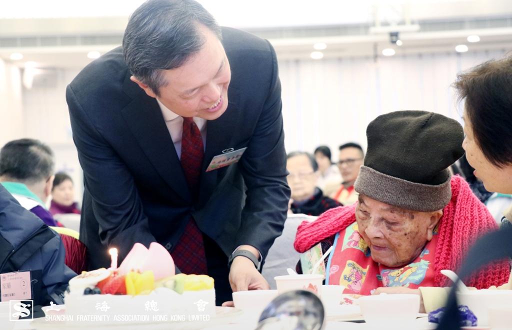 張宗琪副理事長向生日的老友記致送禮物。