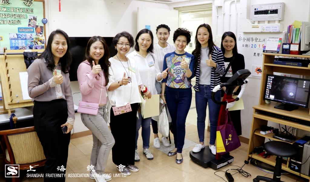 上海總會的各位嘉賓於試用微震幅跑步機後一同合照。