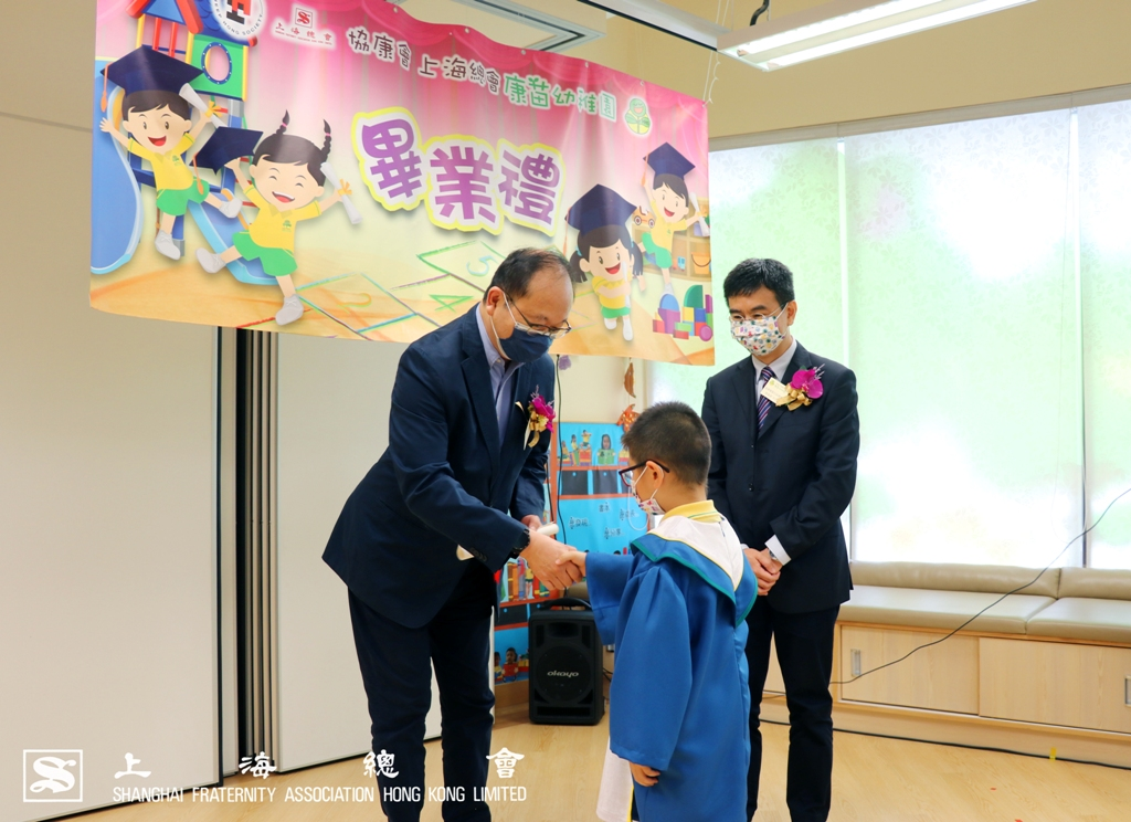 王緒亮監事長向畢業生頒授文憑。